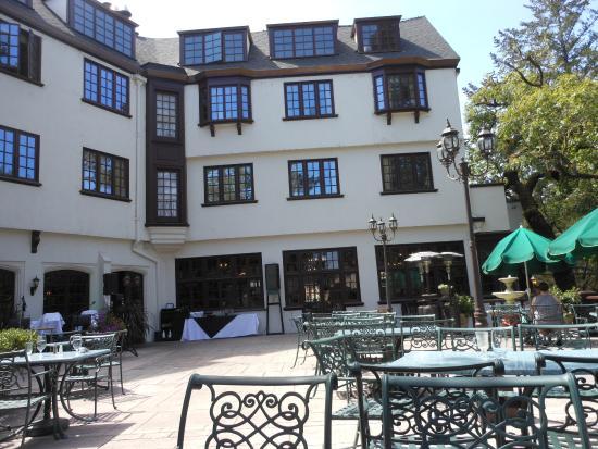 Garberville, Californie : Patio dining at Benbow Inn