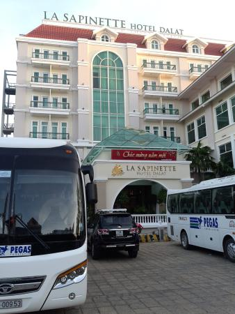 La Sapinette Hotel Dalat: Парадный вход