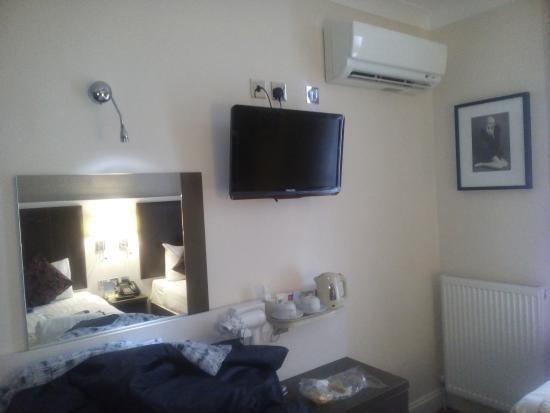 Comfort Inn Buckingham Palace Road: habitacion pequeña pero con todo lo necesario, incluido un calentador de agua, que nos fue perfe
