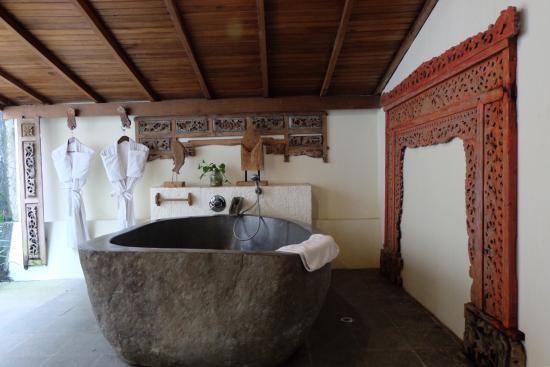 Jadul Village Resort & Spa: Outdoor bathroom and our villa