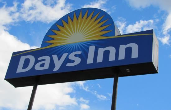 Days Inn & Conference Centre - Penticton: The sign made it easy to find when we went wandering about.