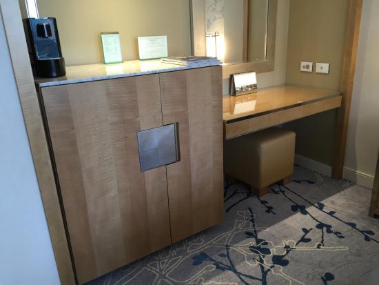 mini bar safe and desk picture of shangri la hotel sydney sydney rh tripadvisor co nz
