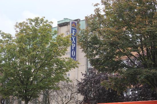 BEST WESTERN Hotel Expo: ホテル前の通りから見たホテル外観