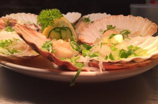 Long Yuen Court: MOUTH WATERING scallops with fresh garlic and Spring onion.