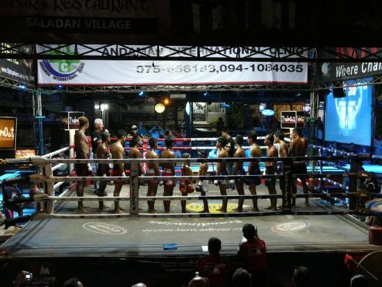 Muay Thai at Klong Dao Stadium: Présentation des combattants juste avant le combat