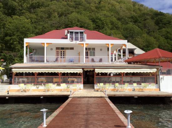 Hotel Kanaoa Les Saintes: Vue de l'hôtel à partir du ponton