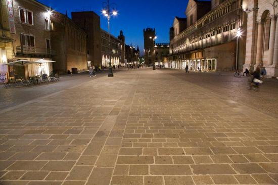 Le Stanze di Torcicoda: The town square.