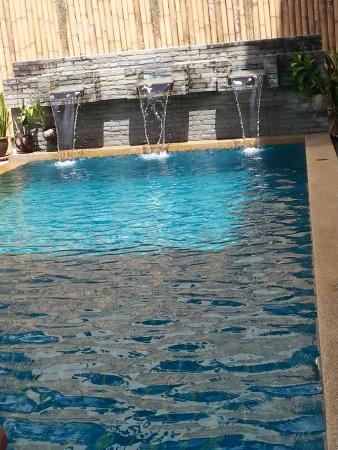Dengs Kamala Resort: Poolen på Deng's
