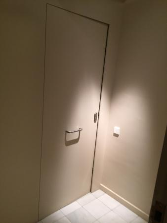 DestinationBCN Apartment Suites: entry door