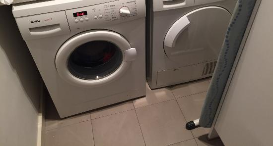 DestinationBCN Apartment Suites: washing machine