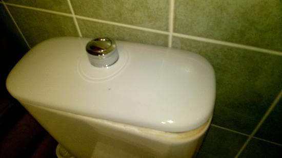 Kospallag, ฮังการี: Ez pedig a WC tartáj, aminek sem a teteje, sem pedig a lehúzó gombja nincs a helyén