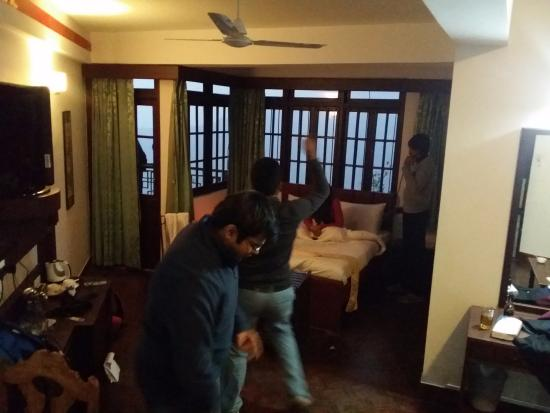 The Lindsay Himalayan Heights Hotel: Spacious room where one can even party like we did..
