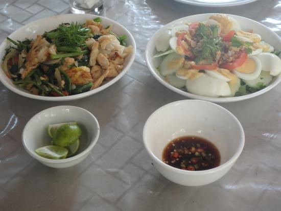Tamnak Lao Cooking School: Our salad and chicken dish