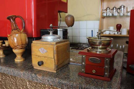 Choche Cafe : Old coffee grinders on display