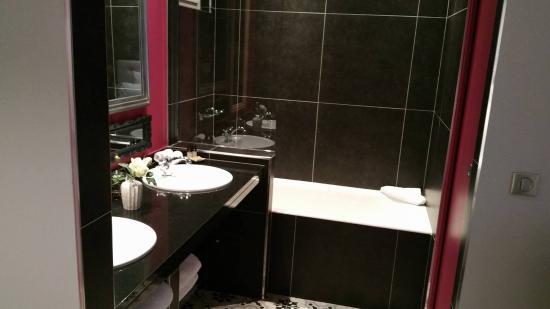 Chambre avec douche photo de taylor hotel paris tripadvisor for Belle salle de bain douche