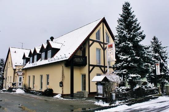 Hotel Eisenberger Hof: Vorderansicht und Einfahrt zum Parkplatz