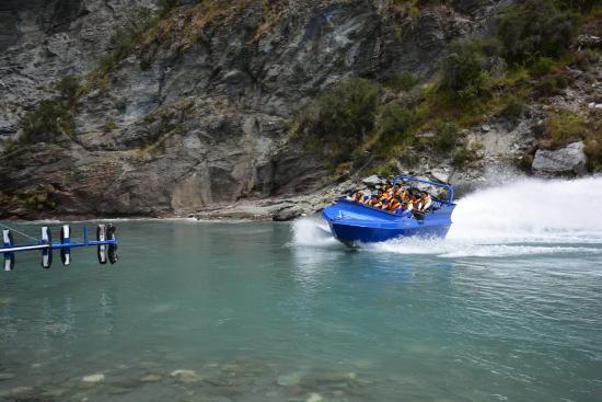 Queenstown, Yeni Zelanda: Capturing the excitement of the boat behind us