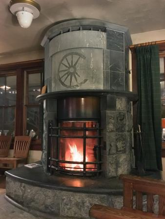 Chico Hot Springs Resort: Stunning soapstone fireplace in the cozy lobby