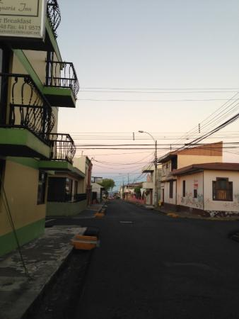 Hotel La Guaria Inn & Suites : View from the street