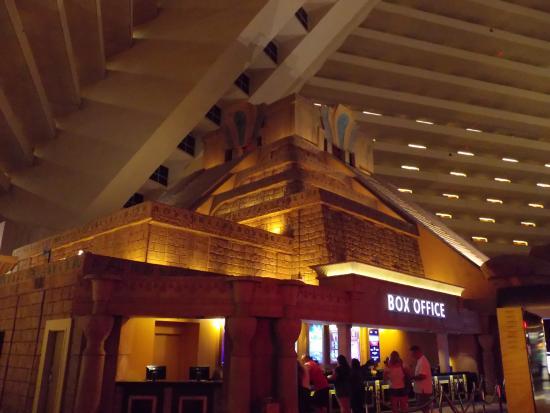 Interior del hotel picture of casino at luxor las vegas for Interieur pyramide