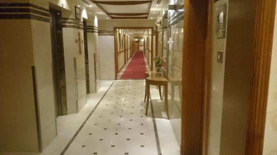 The Country Club Hotel: Floor 1 Hallway