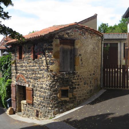 Vieille maison en pierres volcaniques noires usson for Vieille maison en pierre