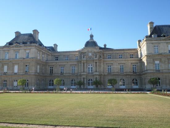 Paris, Frankrig: На куполе Люксембургского Дворца развивается французский флаг.