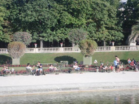 Paris, Frankrig: Отдыхающие возле Центрального бассейна.