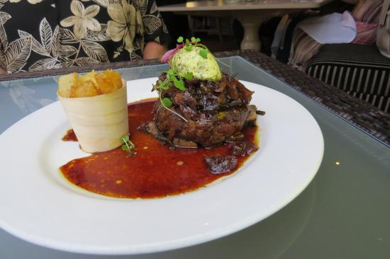 New Plymouth, Nueva Zelanda: My husband's filet steak with mushroom au jus, special potatoes, topped with bernaise butter.