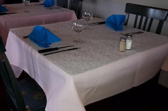 une nappe en papier des serviettes bleues roi sur du rose une table d pouill e photo de. Black Bedroom Furniture Sets. Home Design Ideas