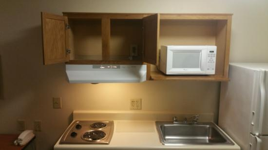 WoodSpring Suites Columbia Fort Jackson: Kitchen area (dishes not included).