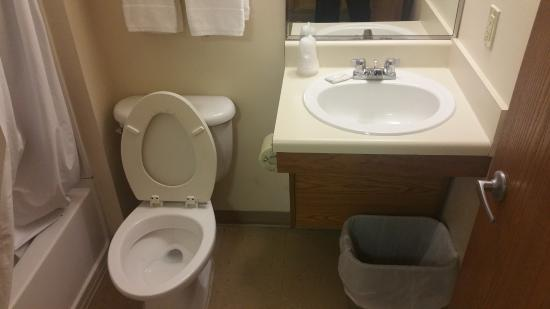 WoodSpring Suites Columbia Fort Jackson: Nice and tidy! (No toiletries, though.)