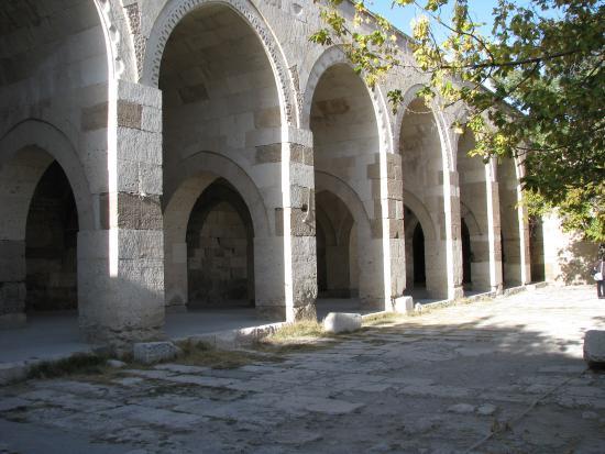 Agzikarahan Hani : les arcades où s'abritaient les animaux (vue de l'extérieur)