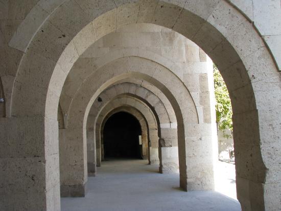 Agzikarahan Hani : les arcades où s'abritaient les animaux (vue de l'intérieur)