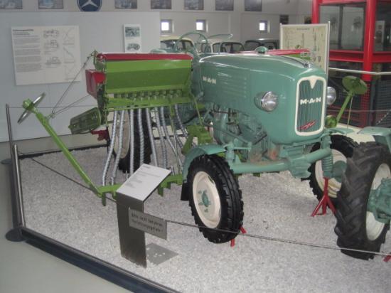 Deutsches Traktoren und Modellautomuseum : MAN tractor and seed drill