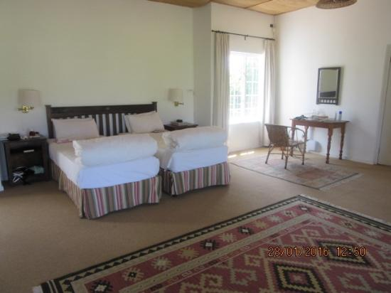 Addo, Zuid-Afrika: Bedroom area-to the left was also a sitting area and units with a kettle and fridge