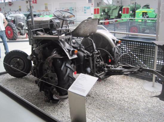 Deutsches Traktoren und Modellautomuseum : Deutz tractor with reversible plough