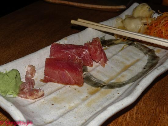 Gingi Sushi Sashimi: Links unten : zähes Bindegewebe vom Tunfisch ; rechts oben : Tunfisch ;
