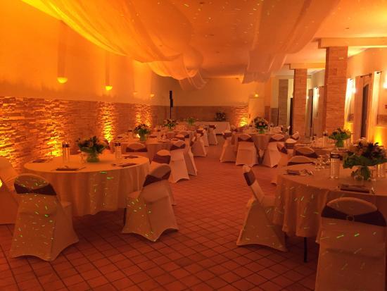 Guillerval, France : La salle de réception