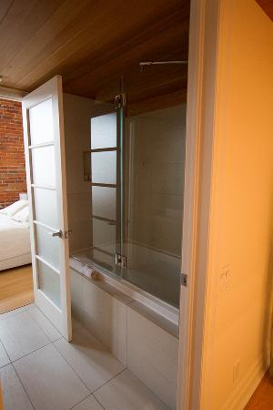 Les Lofts 1048: New, modern shower, very clean