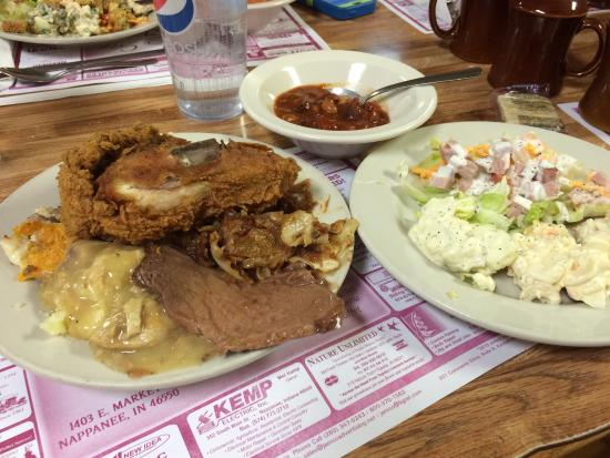 Nappanee, Ιντιάνα: Great food on the buffet of the Country Cafe
