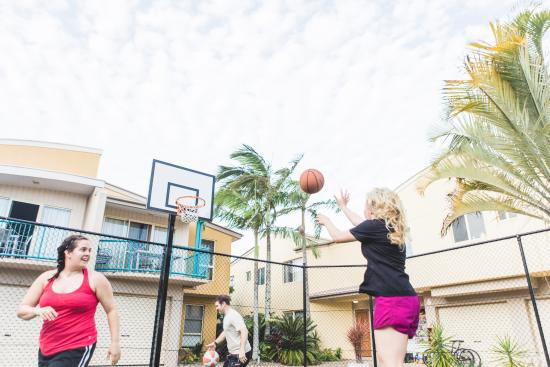 Coolum Beach Getaway Resort: Sport in the Court