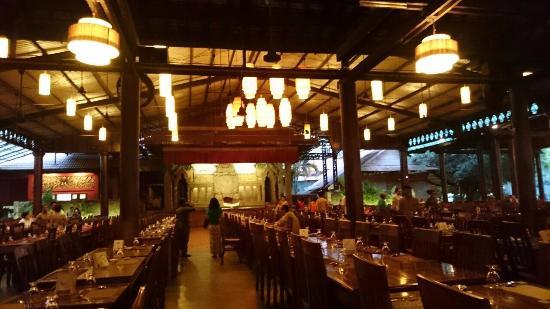 Koulen Restaurant: 看秀餐廳區