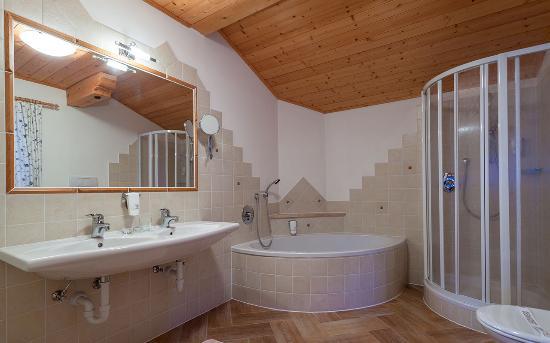 Geniesser Und Wanderhotel Jägerhof: Komfort Badezimmer: Wanne U Dusche, WC,  Haarfön