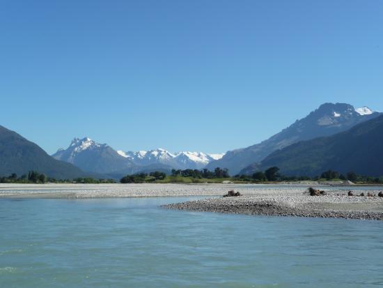 Queenstown, Nova Zelândia: Looking up the Dart River towards Mt Aspiring National Park aboard the jet boat