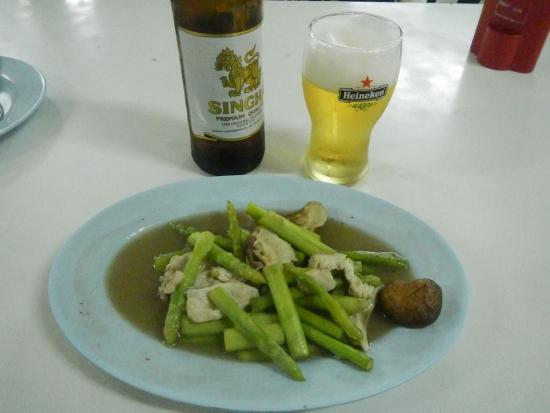 Muang Thong Restaurant : 鶏肉とアスパラの炒めもの・シンハービール