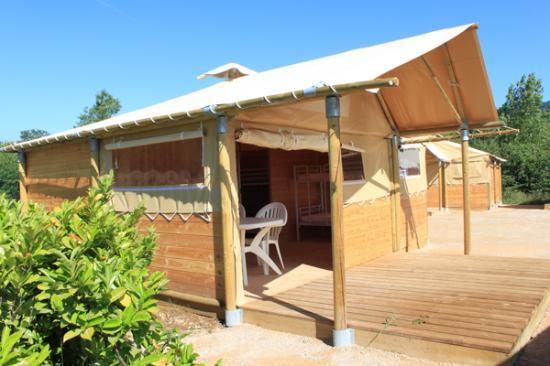 Porcieu-Amblagnieu, Франция: Tentes trappeur pour séjourner sur la base de loisirs