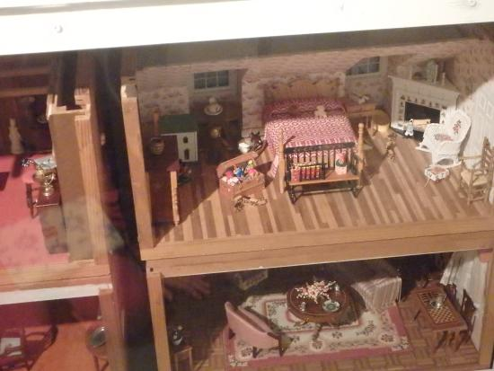 Wenham, Массачусетс: doll house display