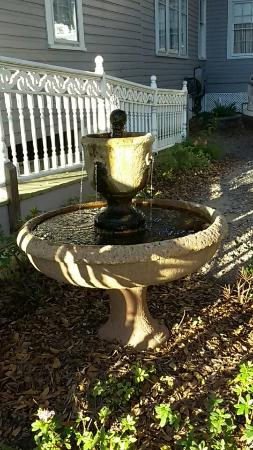 Violet Hill Bed and Breakfast: A lovely fountain greets visitors with its inviting, trickling waterfall seranade.