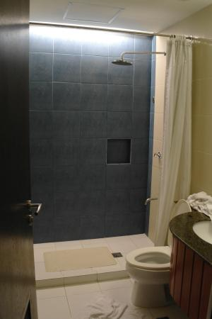 Microtel By Wyndham Mall Of Asia: Bathroom With Rain Shower